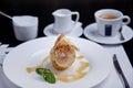 Pomme cuite au four avec la boule de crème glacée et la tasse de coffe Images libres de droits