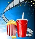 Popcorn und Cup Soda auf Filmhintergrund Stockbild