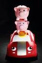 Porcellini salvadanaio su toy car Fotografie Stock Libere da Diritti