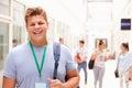 Porträt des männlichen studenten in hallway Lizenzfreie Stockbilder