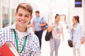 Porträt des männlichen studenten in hallway Lizenzfreie Stockfotografie