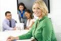 Porträt von geschäftsfrau in boardroom with kollegen Lizenzfreie Stockfotos