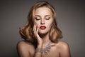 Portrét krásny luxus žena šperky