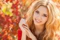 De joven mujer en otoño