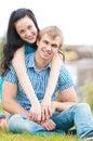 Portrait d un beau jeune couple de sourire heureux Photos stock