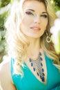 Portrait d une belle jeune femme blonde avec de longs cheveux Photo libre de droits