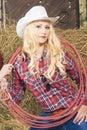 Portrait de cow girl caucasienne sensuelle avec la corde de lasso dans la ferme Photo stock