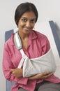 Portrait de jeune femme avec le bras dans la bride Image libre de droits