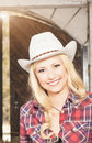 Portrait de la cow girl blonde heureuse de sourire sensuelle portant stetson Photos libres de droits