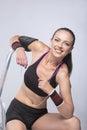 Portrait de la femme sportive caucasienne s asseyant sur l échelle Photos libres de droits