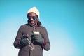 Portrait de mode de vie de la musique de écoute de jeune homme africain libre Photographie stock libre de droits