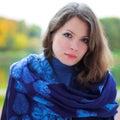 Portrait der jungen Frau im Wald Lizenzfreies Stockfoto