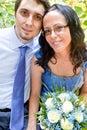 Portrait des glücklichen gerade verheirateten Paars Stockbild