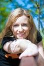 Portrait des Mädchens, das einen Rest im Park hat Lizenzfreie Stockbilder
