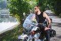 Portrét z motorkári na motocykel