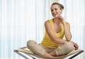 Portrait of smiling young woman sitting on chair Royalty Free Stock Photos