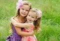 Portrait von zwei umfassenden netten kleinen Mädchen Stockfoto
