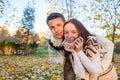 Portret szczęśliwa para ma zabawę w jesień parku Zdjęcie Royalty Free