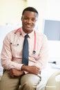 Portret van het mannelijke bed van artsensitting on hospital Royalty-vrije Stock Foto's