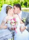 Portret van onlangs echtpaar het kussen bij park bij zonnige dag Royalty-vrije Stock Foto