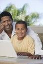 Portret van vader with his son op laptop Royalty-vrije Stock Afbeeldingen