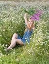 Portret w pogodnym day woman z bukietem firetop kwiat Zdjęcia Stock
