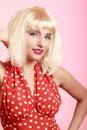 Portreta pinup piękna dziewczyna w blond peruki czerwieni retro sukni rocznik Fotografia Royalty Free