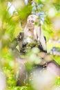 Porträt der sinnlichen blonden frau im frühjahr forest dreaming Stockfotos
