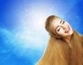 Positieve emoties portret van lachend tienermeisje over sunny blue sky jubilance Stock Foto