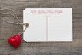Zveřejnit karta zpráva červené srdce na šedá dřevěný