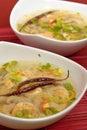 Potage Chaud-et-aigre de crevette rose Images stock