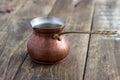 Pote de cobre viejo en la tabla Imagen de archivo