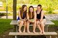 Pre tienermeisjes die terwijl het hangen uit vooraan texting Stock Foto's