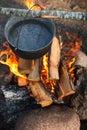 Preparación del alimento en hoguera Fotografía de archivo