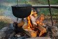 Preparazione dell'alimento su fuoco di accampamento Fotografia Stock Libera da Diritti