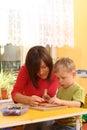 Preschooler com blocos de madeira Fotografia de Stock Royalty Free