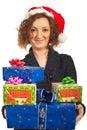 Presentes de sorriso do Xmas da terra arrendada da mulher do redhead Fotos de Stock