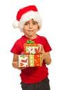 Presentes de sorriso do Xmas da terra arrendada do menino Imagens de Stock Royalty Free