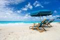 Presidenze ed ombrello su una bella spiaggia tropicale ad anguilla caraibica Fotografia Stock
