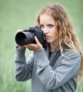 Pretty young woman with a DSLR camera Royalty Free Stock Photos