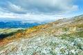 Primeira neve do inverno no platô da montanha do outono Imagem de Stock