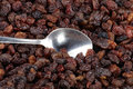 Priorità bassa e cucchiaino da tè dell'uva passa Fotografie Stock Libere da Diritti