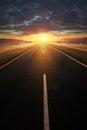 Prosta asfaltowa droga prowadzi w światło słoneczne Obrazy Stock
