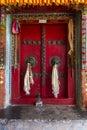 Puerta vieja de un monasterio budista en Ladakh, la India Fotografía de archivo libre de regalías