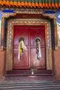 Puerta vieja de un monasterio budista en Ladakh, la India Imagenes de archivo