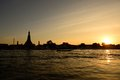 Puesta del sol en wat arun temple bangkok tailandia Imágenes de archivo libres de regalías