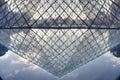 Pyramide de Museum du Louvre Photos stock