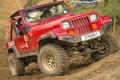 Röd off-road bil i svår terrain Arkivbilder