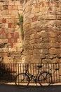 Römische Wand und bycicle, Barcelona Stockfotos