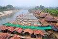 Radeau en bambou de restaurant sur la rivière sur pai river maehongson thailand Photo stock